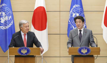 会談後、共同記者発表する国連のグテレス事務総長(左)と安倍首相=8日午前、首相官邸