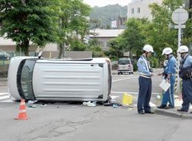 軽乗用車同士の衝突で車両が横転した事故現場