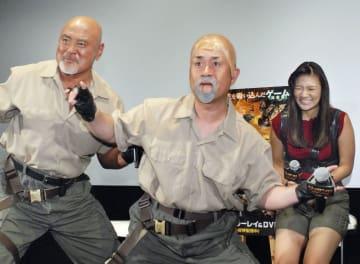 イベントに登場した(左から)武藤敬司、神奈月、武藤愛莉=東京都内