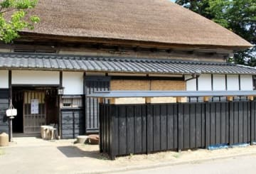 復元された旧庄屋佐藤家の板塀=新潟市西蒲区