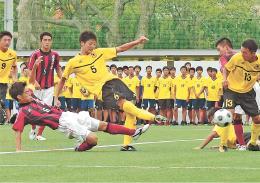 サッカー男子1回戦 日章学園-仙台育英 後半23分、仙台育英・志村(5)がシュートを決め、2-1とする