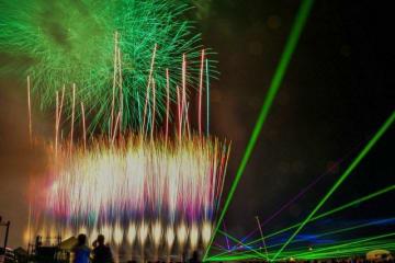 打ち上げ花火とコラボレーションしたレーザー演出=4日、小田原市の酒匂川で(小田原青年会議所提供)