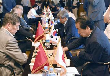 8日、日中韓の国会議員による囲碁交流で対局する菅直人元首相(手前右)=ソウル(共同)