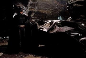 画像はスーパーヒーローの隠れ家のイメージ - 映画『バットマン ビギンズ』より - Warner Bros. / Photofest / ゲッティ イメージズ
