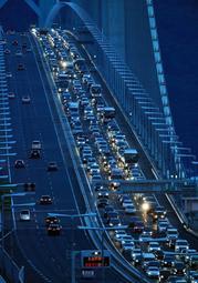 渋滞する2017年8月14日の明石海峡大橋