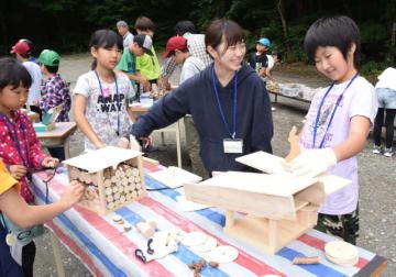 木材を使い工作を楽しむ児童と学生