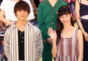 映画「3D彼女 リアルガール」ジャパンプレミアに参加した佐野勇斗さん(左)と中条あやみさん