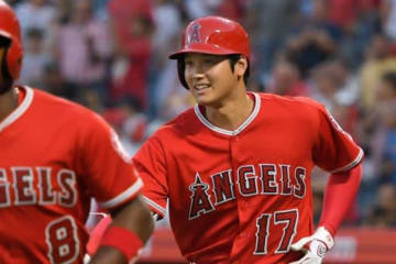 逆転3ラン本塁打を放ちチームメイトに迎えられるエンゼルス・大谷翔平【写真:Getty Images】