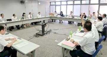 京都府内の最低賃金について採決する京都地方最低賃金審議会の委員。経営者側委員は反対したが、賛成多数で26円の引き上げが決まった(京都市中京区・京都労働局)