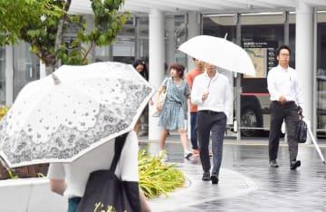久しぶりの雨に、傘を差して行き交う人たち=8月8日午後4時半ごろ、福井県福井市中央1丁目