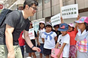 児童らが大きな声で協力を呼び掛けた「みやざき子どもほほえみ基金」の街頭募金=8日午後、宮崎市
