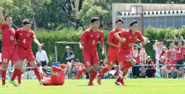 サッカー男子2回戦 PK戦でインターハイ初勝利を挙げ、喜ぶ東山の選手たち(三重交通Gスポーツの杜鈴鹿)