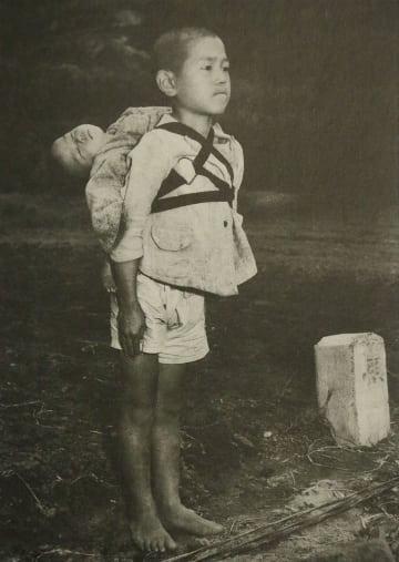 「焼き場に立つ少年」の写真が印刷されたカード表面