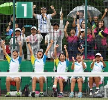 ソフトテニス女子団体準々決勝 大接戦で桶川(埼玉)を下し、全国大会出場を決めて喜ぶ高崎箕郷の選手と応援席=ALSOKぐんまテニスコート