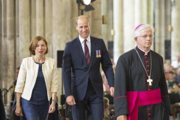 アミアンの戦いの戦死者を追悼する記念式典に出席したウィリアム英王子(中央)とフランスのパルリ国防相(左)=8日、フランス北部アミアン(AP=共同)