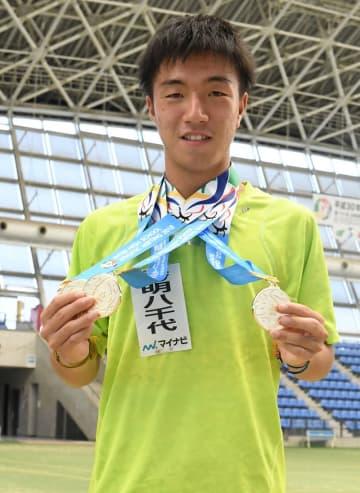 テニス男子 個人のシングルス、ダブルスと団体で優勝し、3冠を達成した秀明大秀明八千代・白石光=8日、三重県四日市市の四日市ドーム