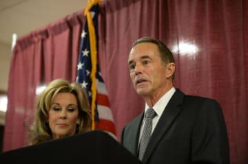 インサイダー取引の罪で起訴され、記者会見するクリス・コリンズ下院議員(共和党)。左はメアリー夫人=8日(ゲッティ=共同)