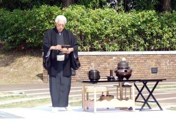 犠牲者の冥福を祈り、献茶する千さん=長崎市、爆心地公園(裏千家淡交会長崎支部提供)