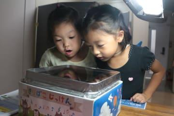 「霧箱」で放射線を観察する子どもたち=長崎市、放影研