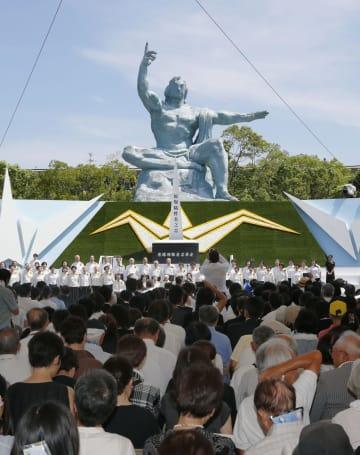 原爆投下から73年を迎え、長崎市の平和公園で営まれた平和祈念式典=9日午前