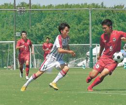 サッカー男子2回戦 尚志-東山 敵陣に攻め込む尚志の加瀬(11)