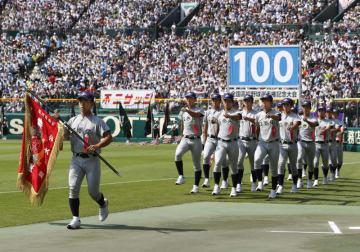第100回全国高校野球選手権大会の開会式で入場行進する花巻東ナイン=5日、甲子園球場