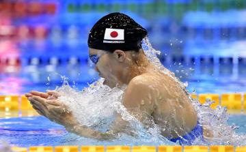 女子100メートル平泳ぎ予選 力泳する青木玲緒樹=東京辰巳国際水泳場