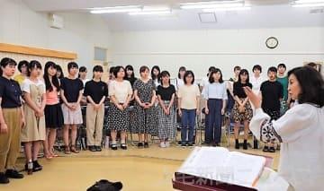 本番を控え、中嶋さん(右)の指導を受ける群馬大の学生