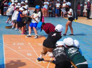 船内であった班対抗の綱引き大会。レクリエーションなどの活動を通して絆を深めた=7月28日、県少年の船