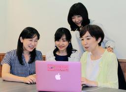 インターネットテレビを制作する(右から)安田小百合さん、赤沢慶子さん、小川厚子さん、品川洋子さん=神戸市東灘区岡本1