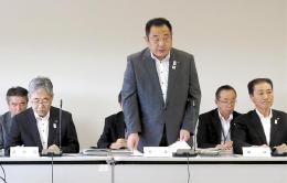 談合問題について報告する伊藤市長(中央)