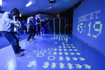 「スペースインベーダー」誕生40周年を記念した特設ストアで「アルキンベーダー」を楽しむ人たち=9日午後、大阪市