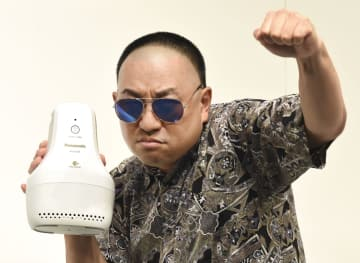 靴脱臭機を手にポーズするレイザーラモンRG=9日、東京都内