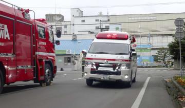 塩素ガスが漏れた日本製紙北海道工場旭川事業所から負傷者を搬送する救急車=9日午後、北海道旭川市