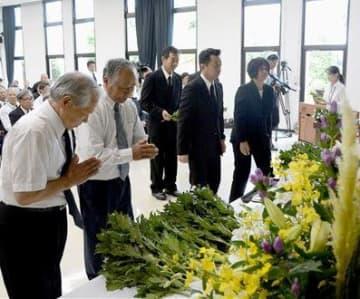 545人が祭られた祭壇に献花する参列者ら=苓北町
