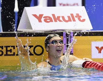 女子200メートル自由形決勝 1分54秒85の日本新記録で2位に入り、喜ぶ池江璃花子=東京辰巳国際水泳場