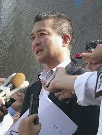 取材に応じる国民民主党の津村啓介元内閣府政務官=9日午後、東京・永田町