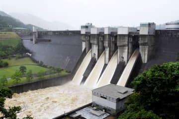 運用開始以来初めて、上部の非常用放流ゲートを開放した日吉ダム(南丹市日吉町)
