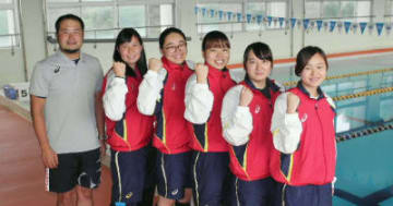九州学生選手権水泳競技大会で団体総合2位になった女子水泳部=別府市の別府溝部学園短期大