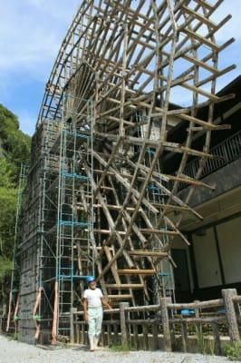 改修のため羽根板が取り除かれた本匠の大水車=佐伯市
