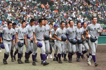 下関国際に敗れ、応援席へ駆け寄る花巻東の選手たち=9日、兵庫県西宮市・甲子園球場