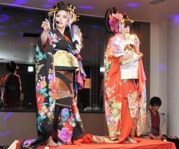 花魁をテーマにしたショーを演じる徳由美子さん(左)と成瀬知子さん=姫路市本町