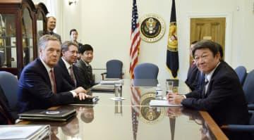 日米の新たな閣僚級貿易協議に臨む茂木経済再生相(右)とライトハイザー米通商代表部代表(手前左)=9日、ワシントン(代表撮影・共同)