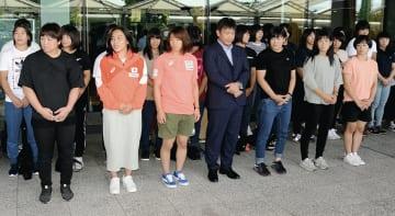 熊本空港に到着後、玄関前に整列するレスリング全日本女子チーム=益城町