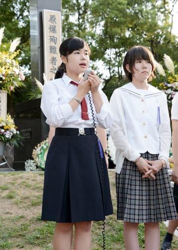 原爆落下中心地碑の前であった集会で、平和と核兵器廃絶を訴える高校生平和大使の二宮沙紀さん(左)=9日、長崎市