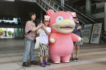 イベントで「ヤドン」と触れ合う参加者=10日、高松市