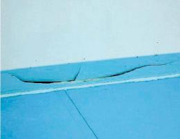 50メートルプールの壁面で見つかった亀裂