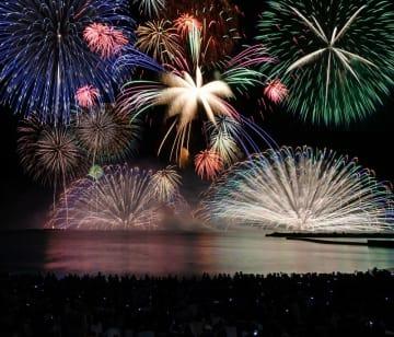 約1万発の大輪がビーチを埋めた観客を魅了した三国花火大会=昨年8月11日夜、福井県坂井市の三国サンセットビーチ(多重処理)
