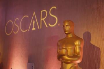 米アカデミー賞の「オスカー像」=2017年2月、米ビバリーヒルズ(AP=共同)