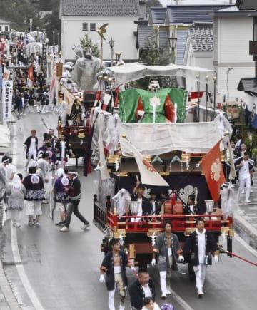 姥神大神宮渡御祭で、街道を巡る蛭子山(手前)など色鮮やかな山車=10日午後、北海道江差町